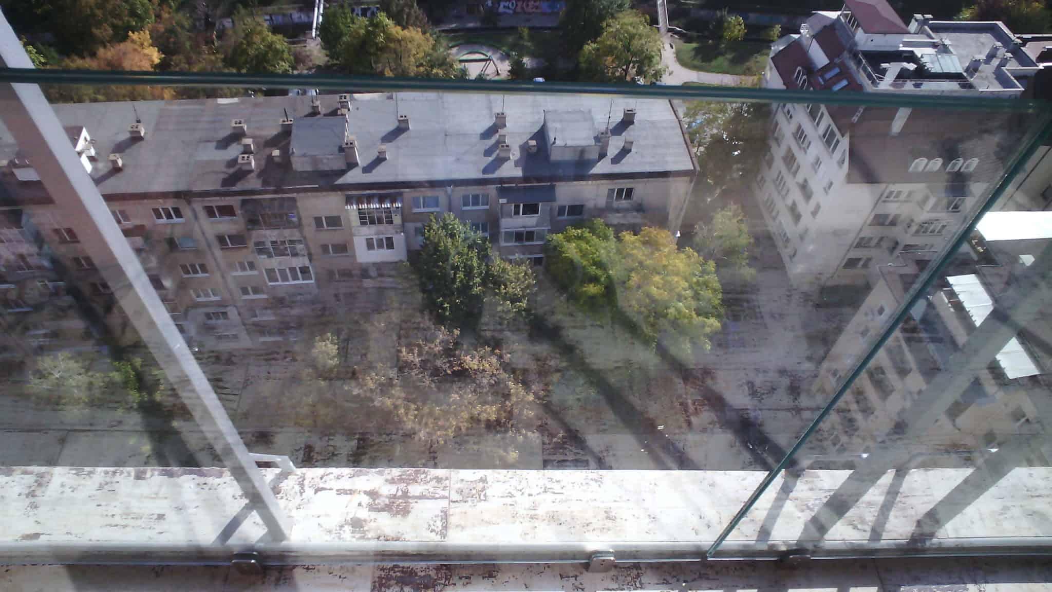 гледка през стъклен парапет