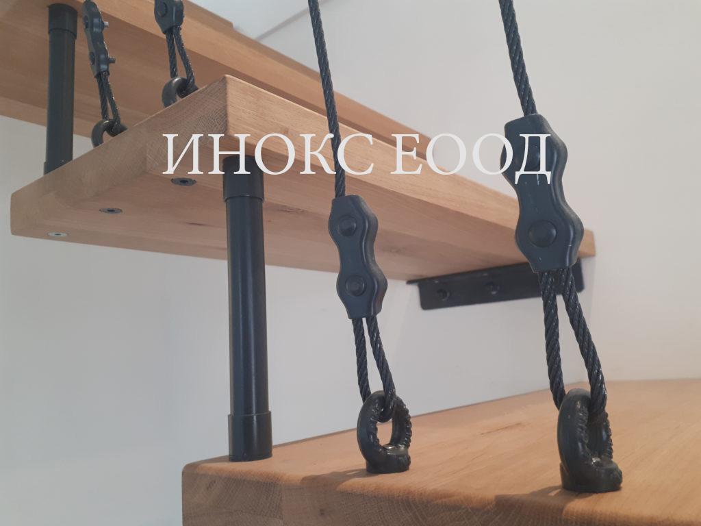 стълба с дървени стъпала и метален парапет
