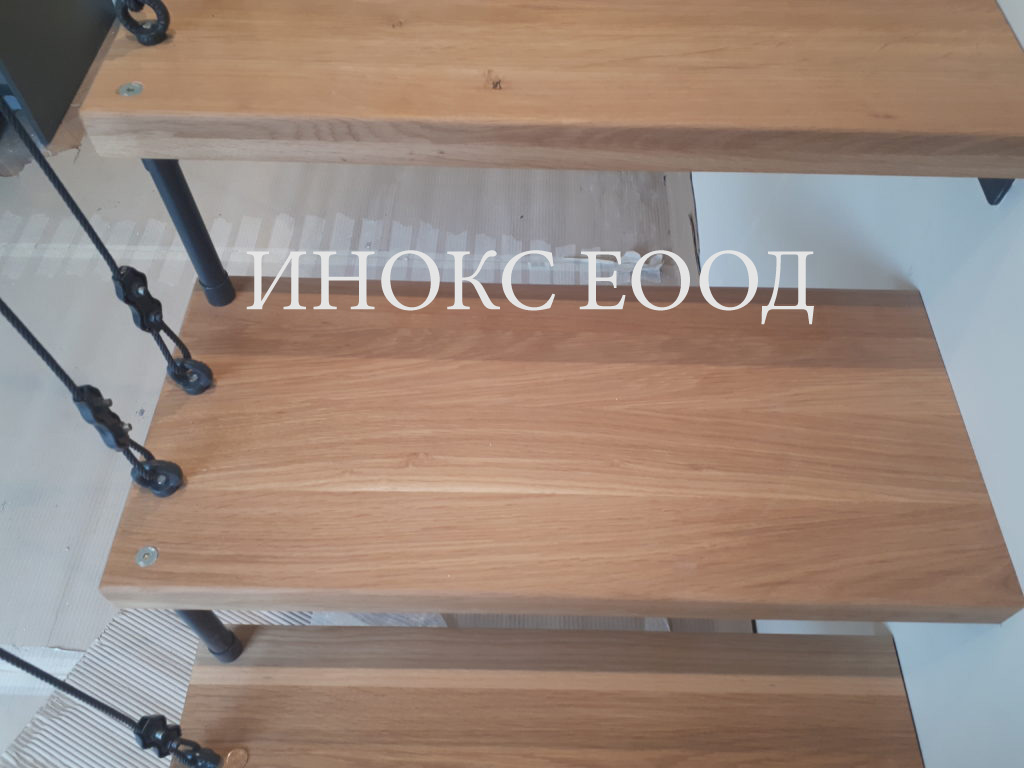 вътрешна стълба с дървени стъпала и парапет тип метални въжета